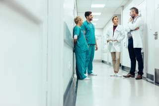 Groep doktors in overleg