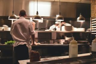 Kok aan het werk in de keuken