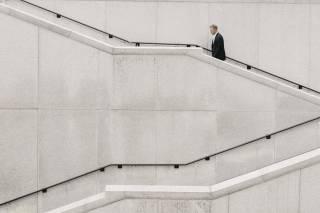 Man loopt van een trap af